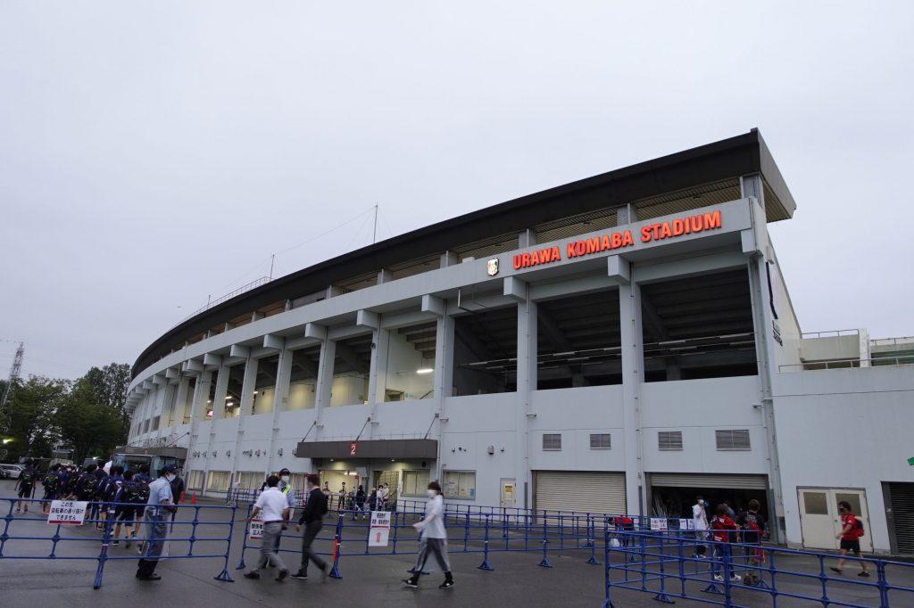 浦和駒場スタジアムのメインスタンド前